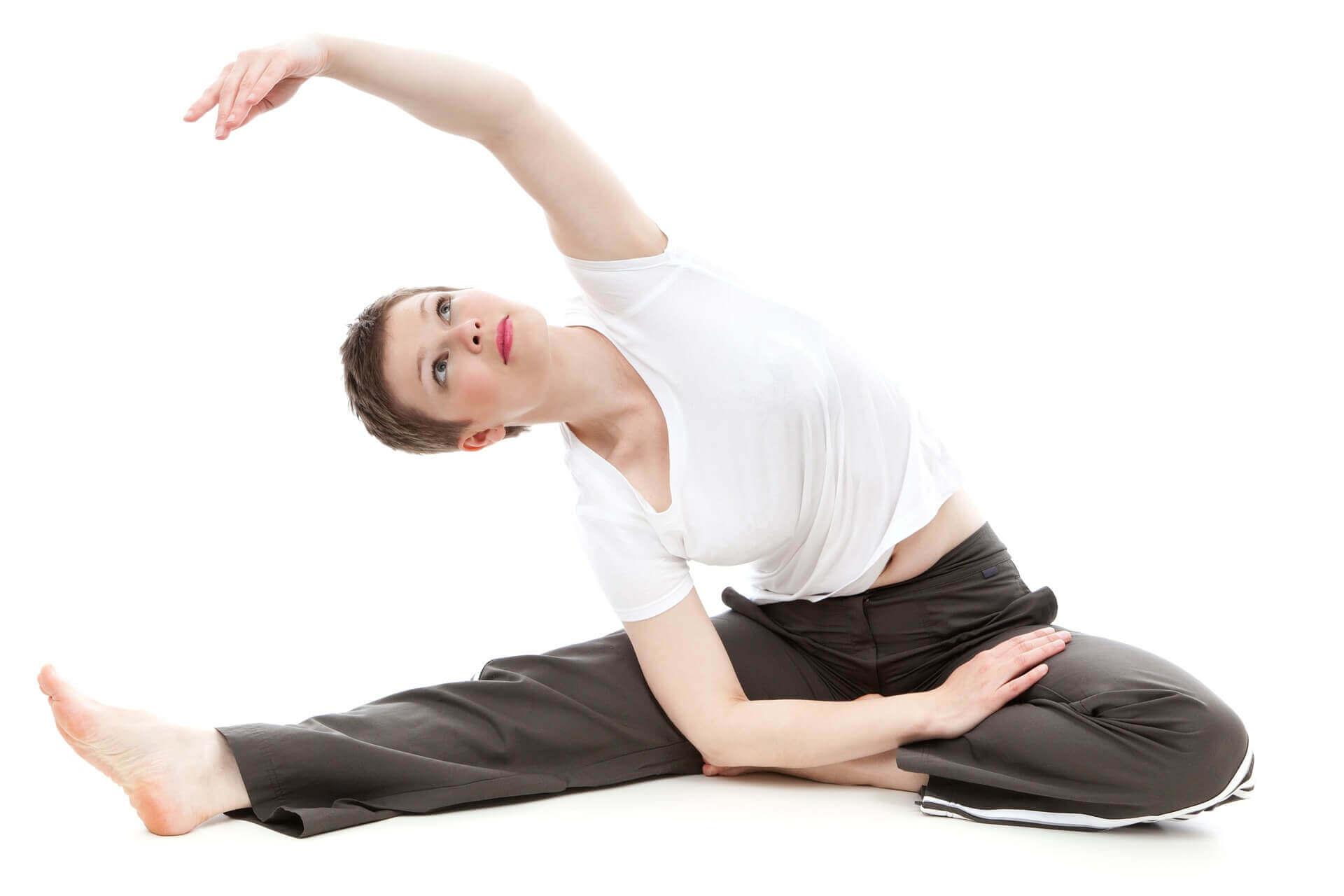 ダンスの前にストレッチをする女性