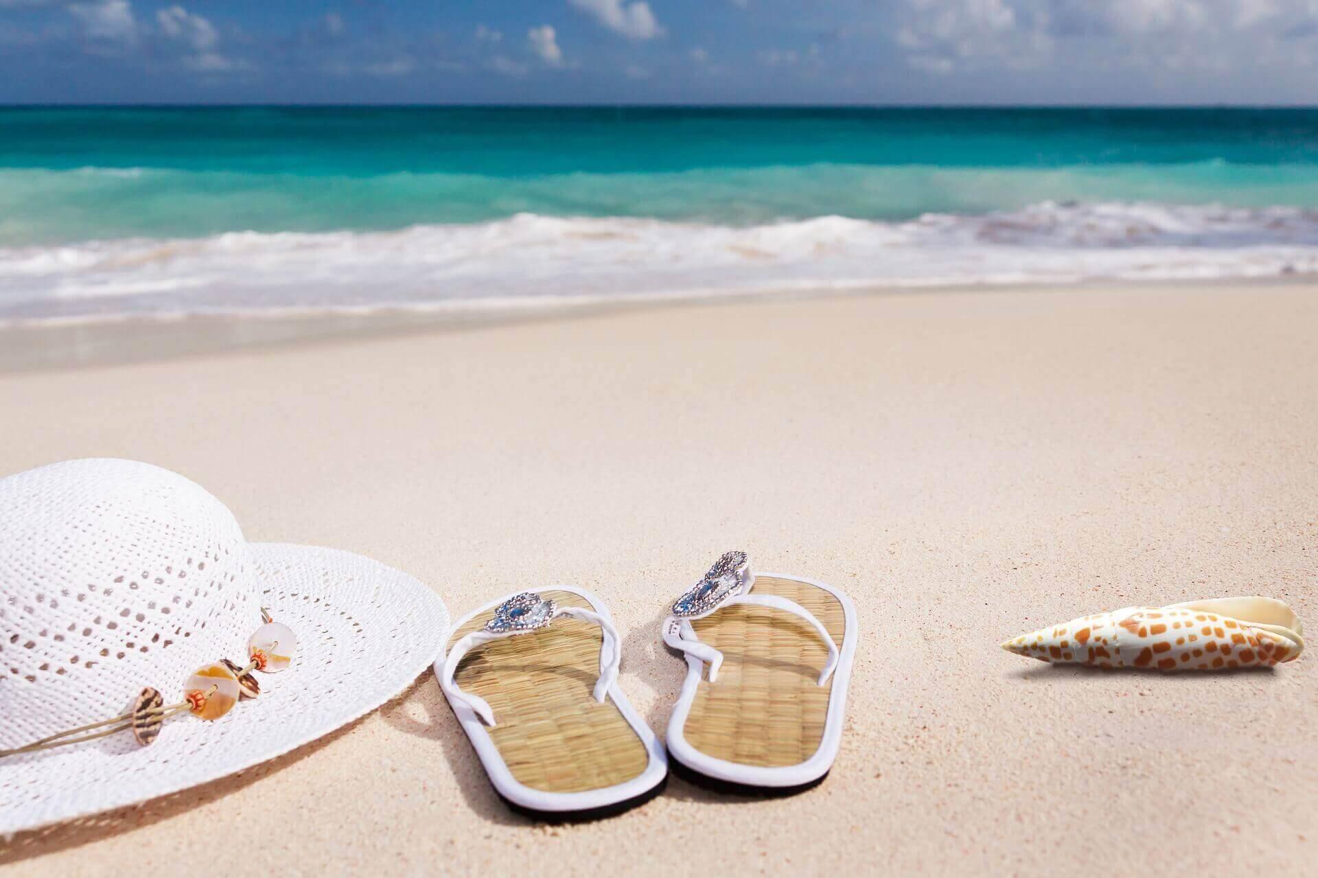 夏のビーチ(帽子とビーチサンダル)