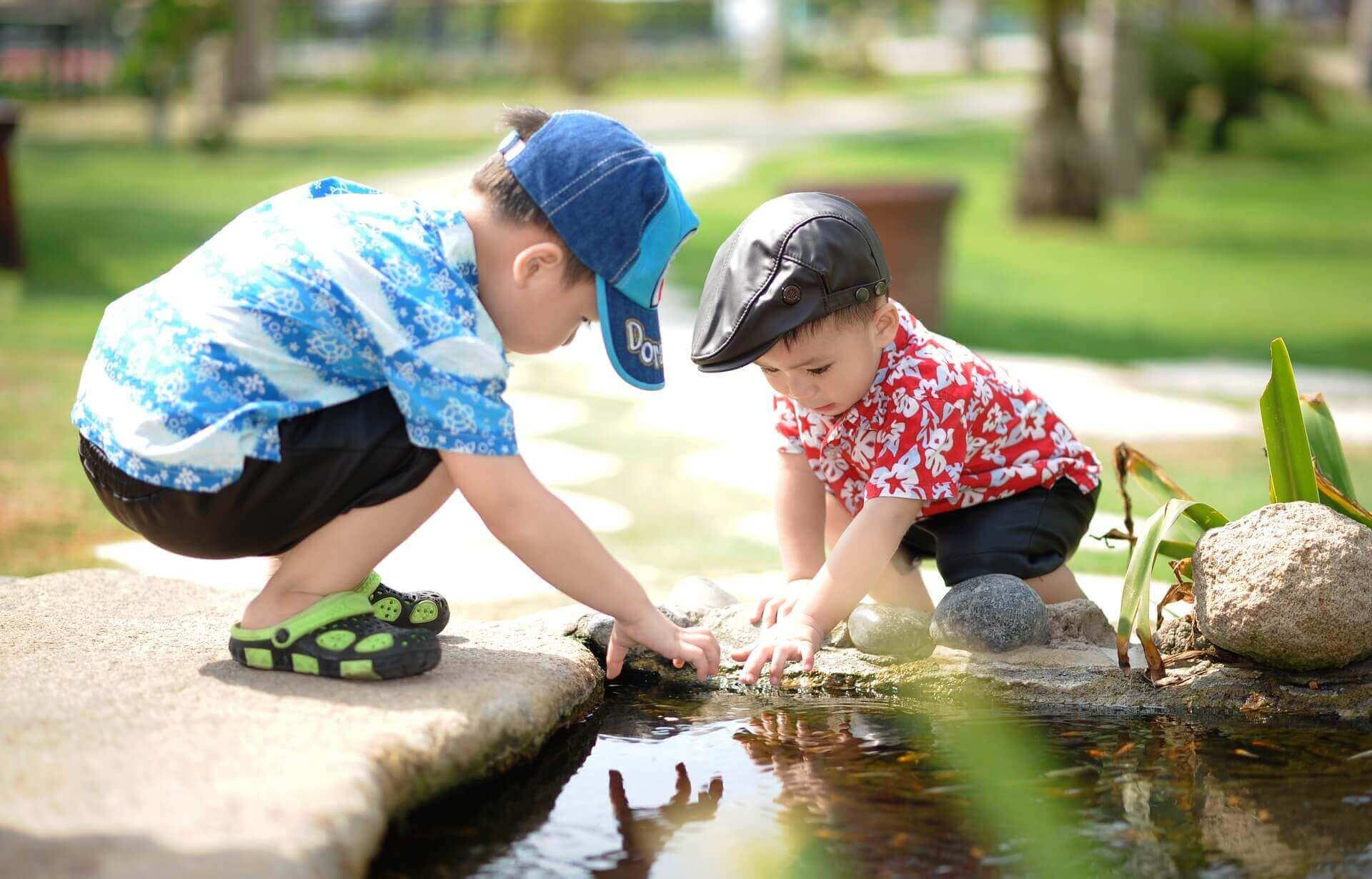 水遊びをする子ども達