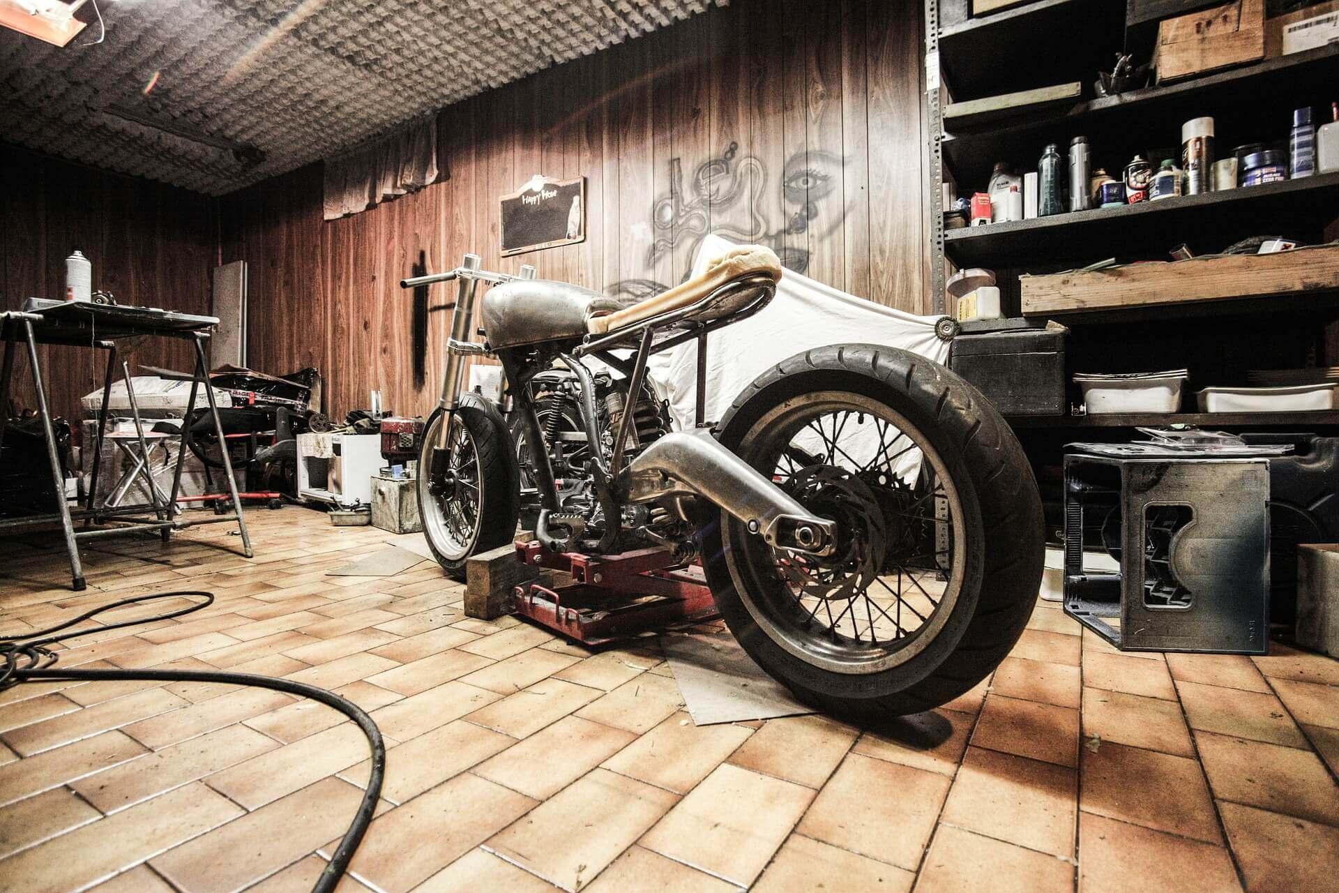 モーターバイクとガレージ
