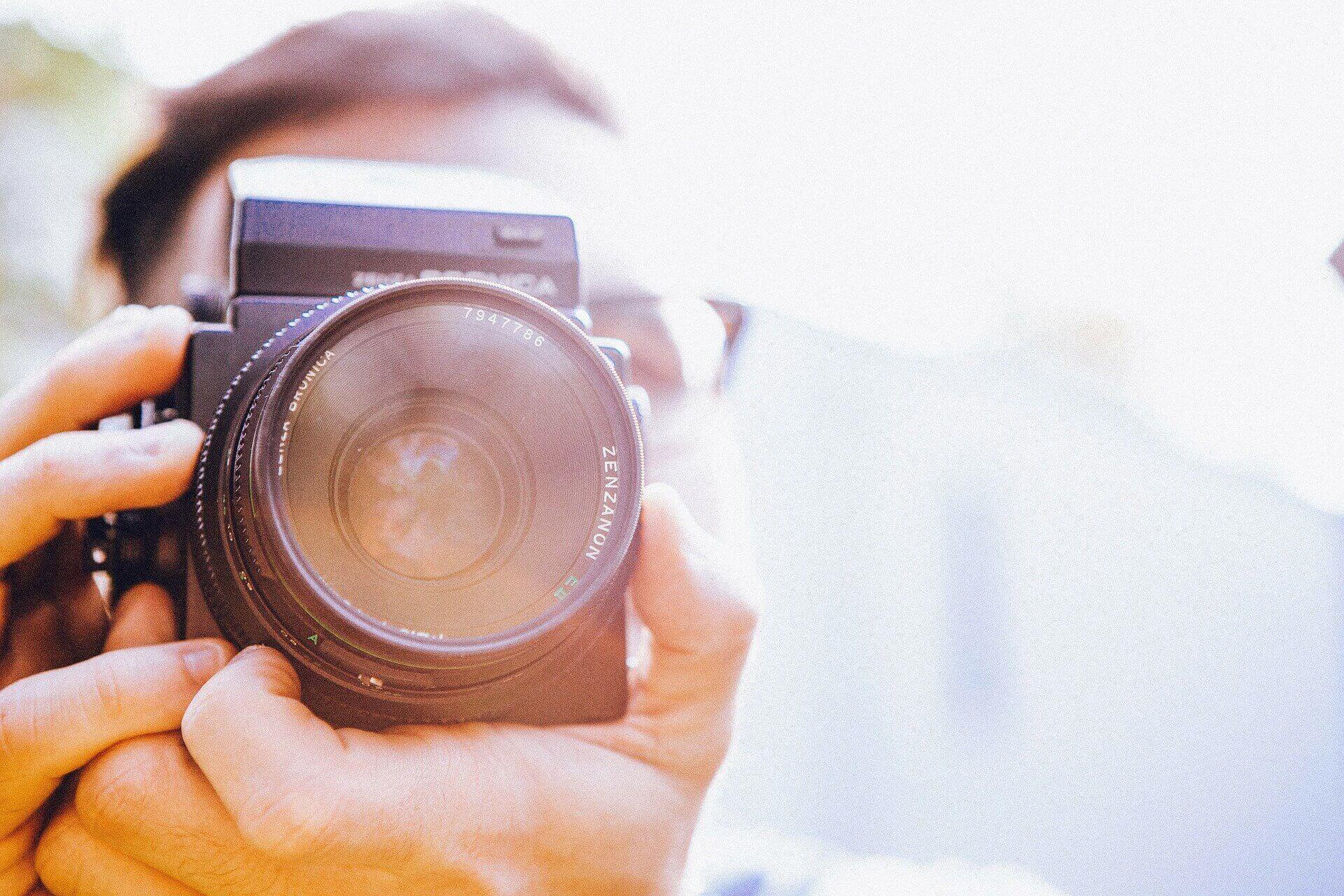 カメラで写真を撮る男性