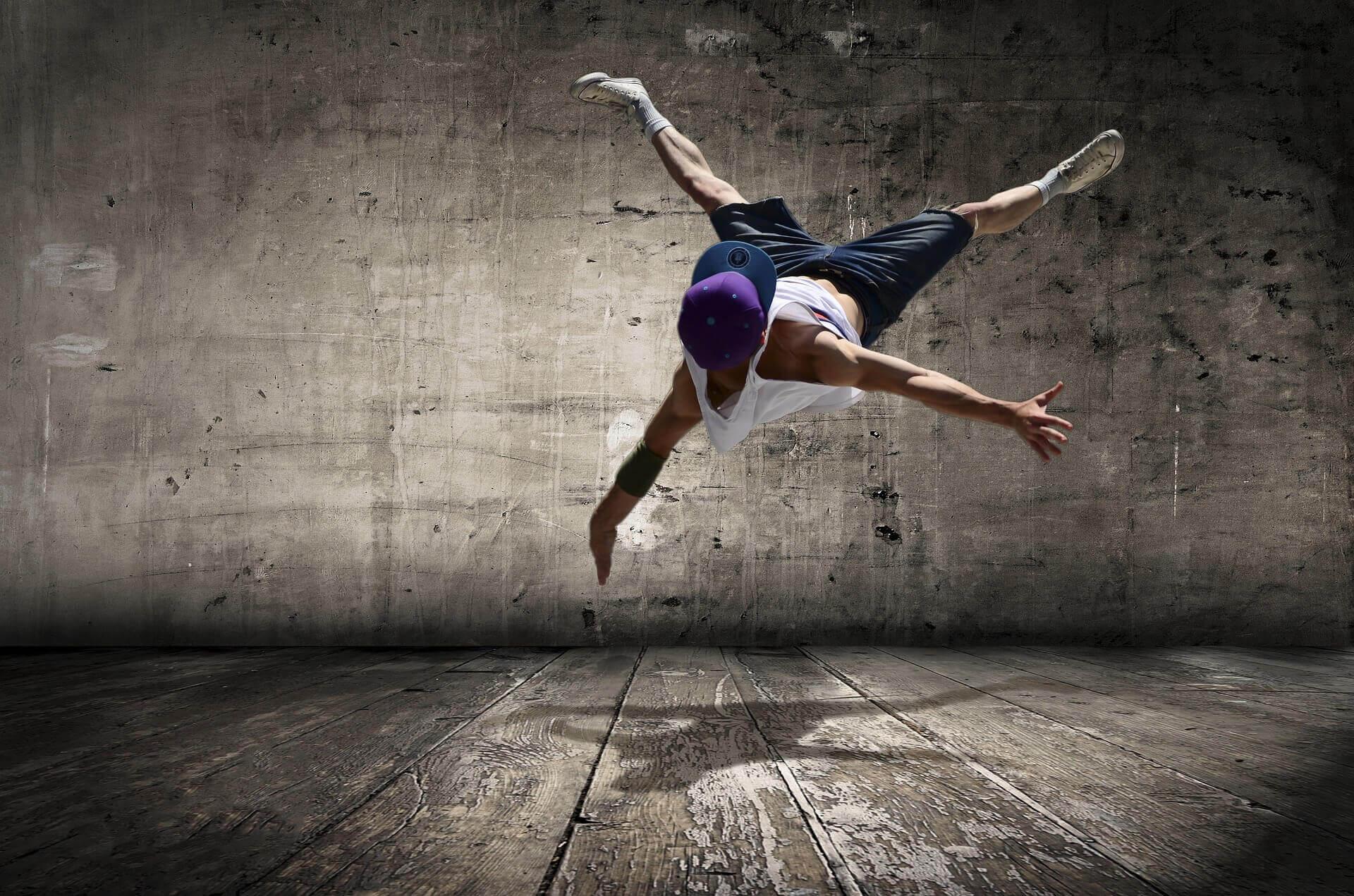 ブレイクダンスをする男性