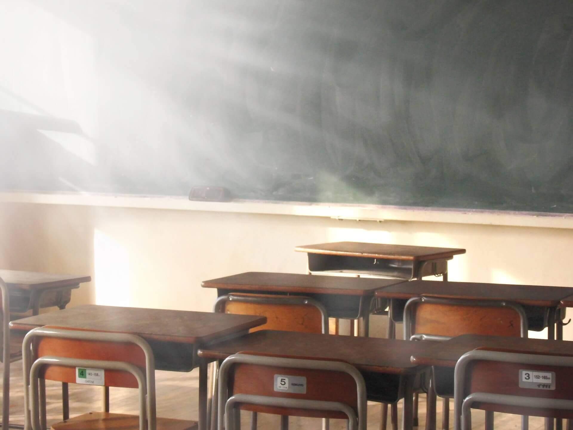 学校の教室と机
