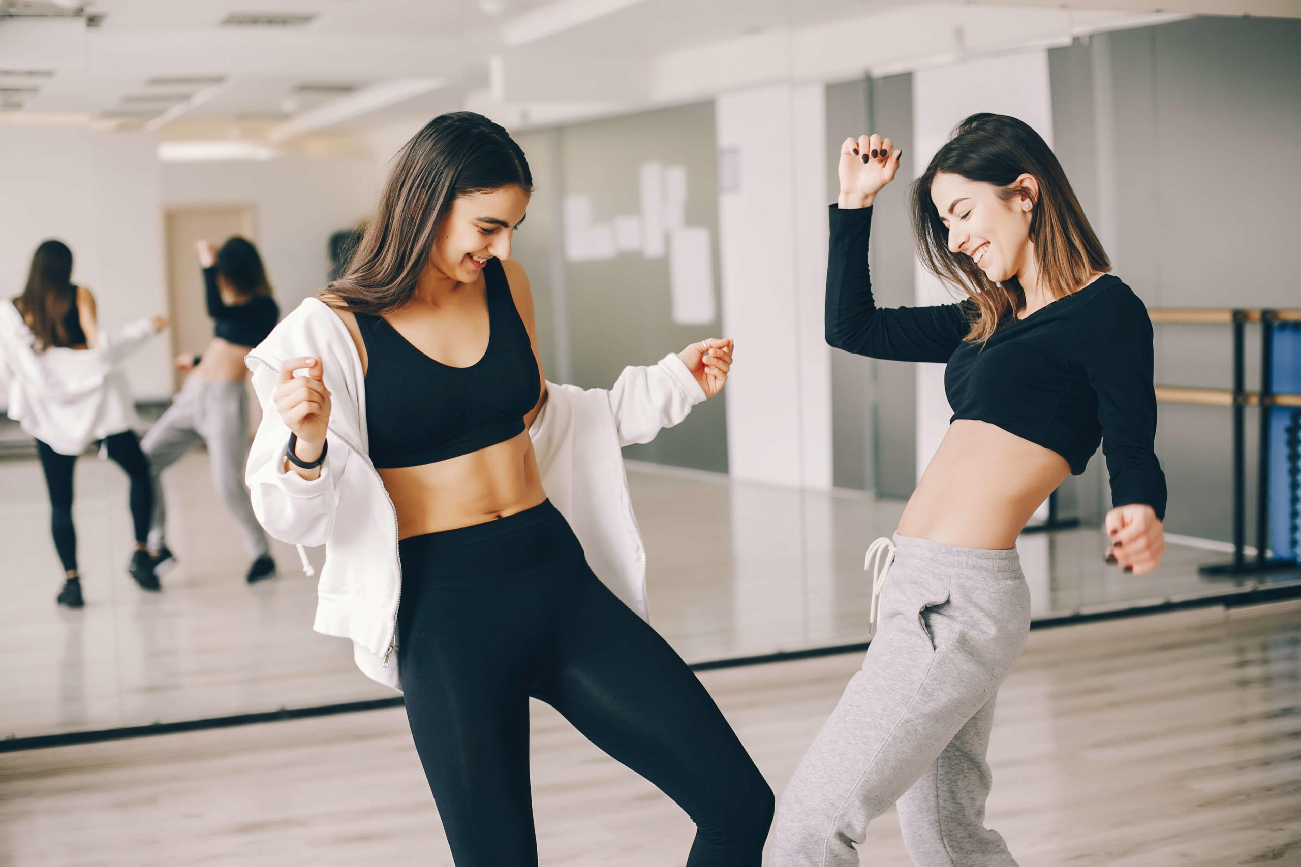 ダンスを楽しむ女性たち