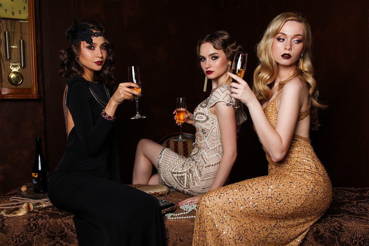 ドレスの女性たち